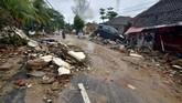 Tsunami diperkirakan karena adanya longsor di bawah laut yang dipicu erupsi Gunung Anak Krakatau. (Photo by Ronald / AFP)