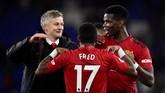 Paul Pogba (kanan) yang sempat tersisih di era manajer Jose Mourinho, tampil bergairah dan sukses menyumbang dua assist saat Manchester United menaklukkan Cardiff City 5-1. (REUTERS/Rebecca)