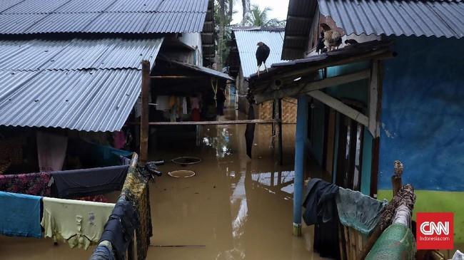 Tinggi permukaan air yang merendam Kampung Kadugareng mencapai sekitar 1,5 meter. Bahkan beberapa rumah warga hanya terlihat atapnya saja. (CNN Indonesia/Hesti Rika).