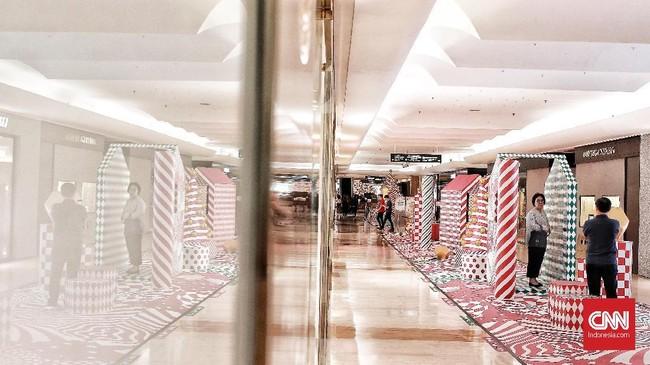Dekorasi unik dan modern ornamen menyambut perayaan Natal 2018 di salah satu mal Jakarta Pusat, menjadi salah satu daya tarik bagi pengunjung untuk bisa bermain dan berfoto, Minggu (23/12). Untuk Natal tahun ini, TNI dan Polri mengerahkan 167 ribu aparat selama Operasi Lilin. (CNN Indonesia/Andry Novelino)