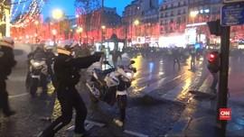 VIDEO: Demonstran Rompi Kuning Prancis Nekat Serang Polisi