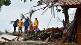BNPB mencatat ada 558 bangunan rusak diterjang tsunami. Jumlah korban ada kemungkinan terus bertambah karena pendataan terus dilakukan. (Photo by Ronald / AFP)