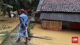 Karena lokasi yang tak begitu jauh dari pantai, warga sempat panik lalu mengungsi ke kantor Kecamatan Labuhan. (CNN Indonesia/Hesti Rika).