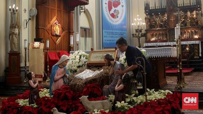 Panitia tengah melakukan penataan dekorasi untuk persiapan menyambut perayaan Hari Natal di Gereja Katedral, Jakarta, Minggu (23/12). (CNN Indonesia/Andry Novelino)