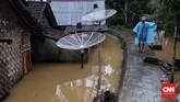 Warga menduga volume air sungai Cipunten Agung tidak lekas surut akibat laut yang masih pasang sejak tsunami kemarin malam. (CNN Indonesia/Hesti Rika).