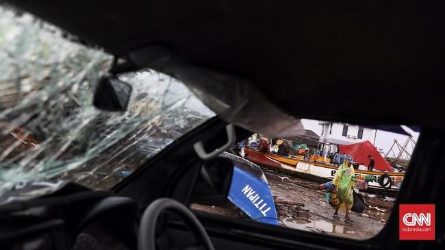 Banyak perahu dan kapal nelayan yang rusak akibat tsunami Selat Sunda pada akhir pekan lalu. Salah satunya yang tampak di Desa Sumberjaya, Kecamatan Sumur, Pandeglang, Banten, Senin (24/12). (CNN Indonesia/Hesti Rika)