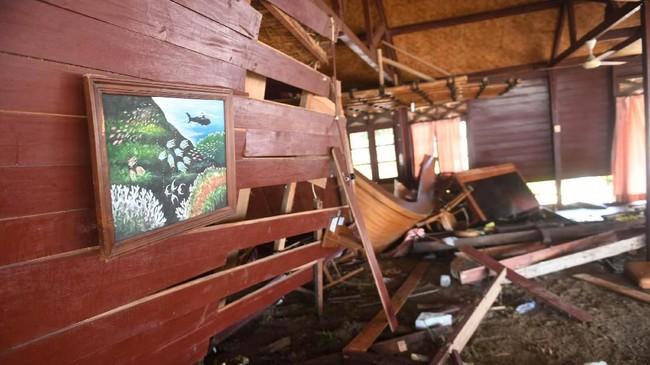 Suasana kerusakan sebuah resort akibat hantaman Tsunami di kawasan Carita, Banten, Jawa Barat, Senin (24/12). (ANTARA FOTO/Akbar Nugroho Gumay)