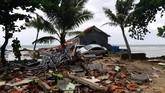 Sebuah mobil tampak tersangkut di antara reruntuhan bangunan di Pantai Carita setelah terseret arus tsunami Selat Sunda.(REUTERS/Adi Kurniawan)
