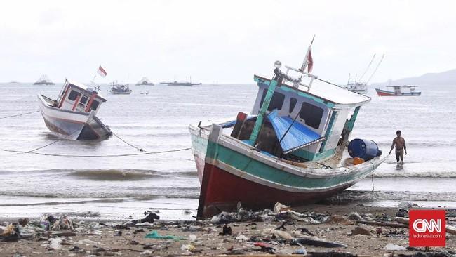 Kapal di pinggir pantai Desa Sumberjaya, Kecamatan Sumur, Pandeglang, Banten. Kawasan ini menjadi salah satu pesisir Banten yang terhantam tsunami Selat Sunda pada Sabtu (22/12) malam. (CNN Indonesia/Hesti Rika)