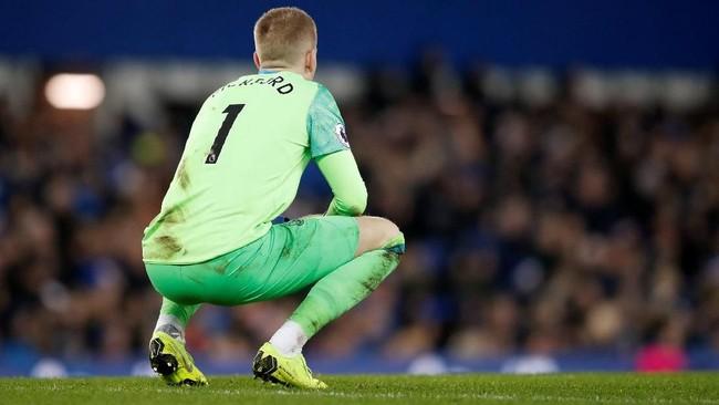 Kiper Everton Jordan Pickford hanya bisa terdiam setelah Tottenham Hotspur enam kali membobol gawangnya di Stadion Goodison Park. (Reuters/Carl Recine)