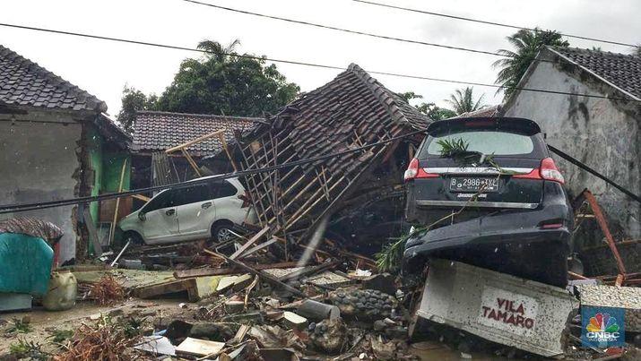 Tsunami Selat Sunda Akibatkan Banyak Mobil Tersangkut Puing
