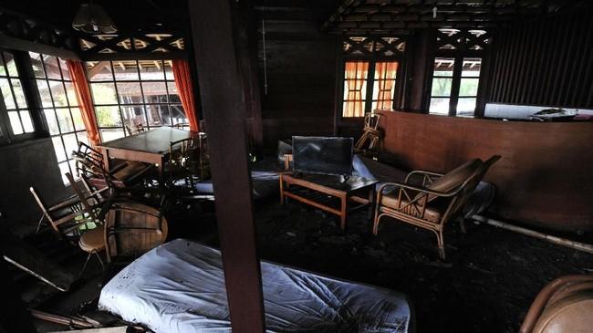 Suasana salah satu ruangan di Mutiara Carita Cottages yang rusak akibat hantaman tsunami Selat Sunda di Pantai Carita, Banten. (AFP/SONNY TUMBELAKA)