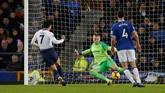 Son Heung-min mencetak gol keduanya untuk membawa Tottenham unggul 5-1 pada menit ke-61 setelah menerima umpan Erik Lamela. (REUTERS/Andrew Yates)