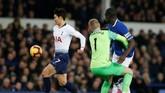 Tottenham Hotspur kemudian menyamakan kedudukan pada menit ke-27 lewat gol Son Heung-min setelah blunder yang dilakukan kiper Jordan Pickford dengan menabrak Kurt Zouma. (REUTERS/Andrew Yates)