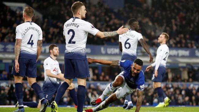 Everton sempat unggul lebih dulu setelah Theo Walcott mencetak gol pada menit ke-21 setelah menerima umpan tarik Dominic Calvert-Lewin. (Reuters/Carl Recine)