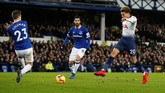 Tottenham Hotspur untuk kali pertama unggul 2-1 lewat gol Dele Alli pada menit ke-35 lewat tendangan kaki kanan mendatar. (REUTERS/Andrew Yates)