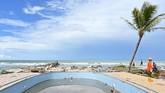 Anggota tim SAR dan polisi mencari korban tsunami Selat Sunda yang menghantam kawasan pesisir di sekitar Villa Stephanie, Carita, Banten, 24Desember 2018. (AFP/ADEK BERRY)