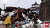 Usai tsunami Selat Sunda yang menghantam pesisir Banten pada Sabtu (22/12) malam lalu, warga mengorek-korek mencari barang berharga mereka di antara reruntuhan rumah sisa tsunami di Desa Sumberjaya, Kecamatan Sumur, Pandeglang, Banten, Senin (24/12). CNN Indonesia/Hesti Rika