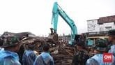 Alat berat diterjunkan guna membantu evakuasi reruntuhan sisa tsunami Selat Sunda di Desa Sumberjaya, Kecamatan Sumur, Pandeglang, Banten, Senin (24/12). (CNN Indonesia/Hesti Rika)