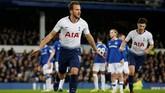 Tottenham Hotspur menutup babak pertama dengan keunggulan 3-1 lewat gol Harry Kane pada menit ke-42 setelah memanfaatkan tendangan bebas Christian Eriksen yang membentur tiang gawang. (REUTERS/Andrew Yates)