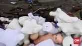 Manequin-manequin tertumpuk di antara reruntuhan bangunan sisa tsunami Selat Sunda yang juga menghantam Desa Sumberjaya, Kecamatan Sumur, Pandeglang, Banten, Senin (24/12). (CNN Indonesia/Hesti Rika)