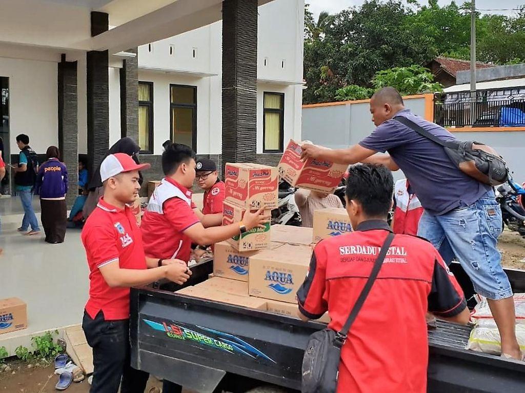Penyaluran bantuan CSR Telkomsel kali ini berupa bahan makanan dan minuman (Beras, Mie Instant, air mineral, teh, kopi, gula) di beberapa Kecamatan yan gterdampak tsunami Selat Sunda. Salah satunya adalah di daerah Mancak, Serang. Foto: dok. Telkomsel