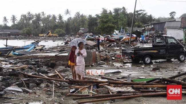 Reruntuhan sisa tsunami di Desa Sumberjaya, Kecamatan Sumur, Pandeglang, Banten, Senin (24/12). (CNN Indonesia/Hesti Rika)
