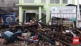 Reruntuhan sisa tsunami di Desa Sumberjaya, Kecamatan Sumur, Pandeglang, Banten, Senin (24/12).Selain pesisir Banten, tsunami Selat Sunda pun menghantam pesisir Lampung Selatan.(CNN Indonesia/Hesti Rika)