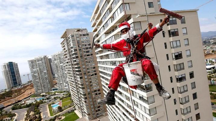 Apapun Profesinya, Mereka tak Canggung Pakai Kostum Santa!