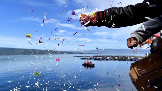 Kapal Motor Sinar Bangun tenggelam di Danau Toba, Simalungun, Sumatera Utara, 18 Juni 2018. Keluarga menabur bunga di Dermaga Tigaras, Danau Tobakarena 164 korban belum ditemukan. (ANTARA FOTO/Sigid Kurniawan/foc/18)