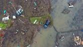Foto aerial sebuah mobil yang terbawa arus tsunami hingga tersangkut di tengah sawah di kawasan Carita, Banten, Senin (24/12/2018). (ANTARA FOTO/Akbar Nugroho Gumay/foc)
