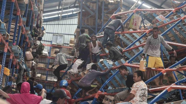 Salah satu faktor pemicu penjarahan adalah kurangnya bantuan untuk korban gempa dan tsunami di Palu, Sulawesi tengah.(ANTARA FOTO/Muhammad Adimaja/pras/18)