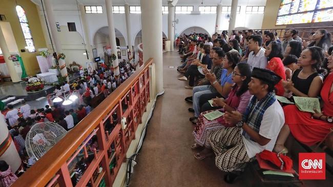 Di Kampung Sawah, Bekasi, mulanya ada 18 orang Betawi warga asli dibaptis oleh Pastor Schweitz. Setelah memeluk agama Katolik, 18 orang itu menggunakan tradisi Betawi setiap ada acara di gereja. Sampai saat ini jemaat Gereja Katolik Santo Servatius terus konsisten dan menjaga tradisi adat Betawi. (CNN Indonesia/Adhi Wicaksono)