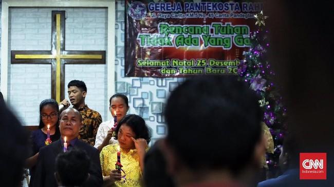 Namun kekhusyukan ibadah jemaat sempat diwarnai informasi dari pihak kepolisian bahwa air laut naik. (CNN Indonesia/Hesti Rika)
