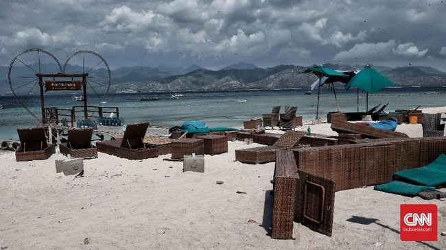 Gempa magnitudo 7 mengguncang Lombok, NTB, 5 Agustus 2018. Kursi-kursi pinggir pantai Gili Trawangan yang terlihat porak poranda pascagempa. (CNN Indonesia/Andry Novelino)