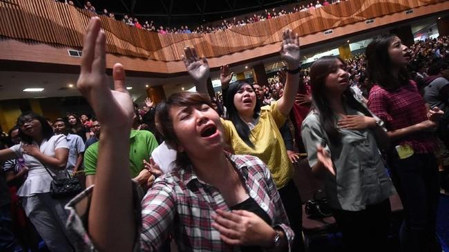 Sejumlah umat Kristiani melakukan doa pada Misa Natal di Gereja Bethany Surabaya, Jawa Timur, Senin (24/12/2018). Perayaan Natal 2018 bertemakan