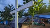 Misa Natal berlangsung khidmat di gereja darurat di pengungsian Desa Bolupontu, Sigi, Sulawesi Tengah. Misa Natal dilaksanakan di tenda darurat karena gereja mereka hancur akibat likuefaksi pada 28 September lalu. (ANTARA FOTO/Basri Marzuki/kye)