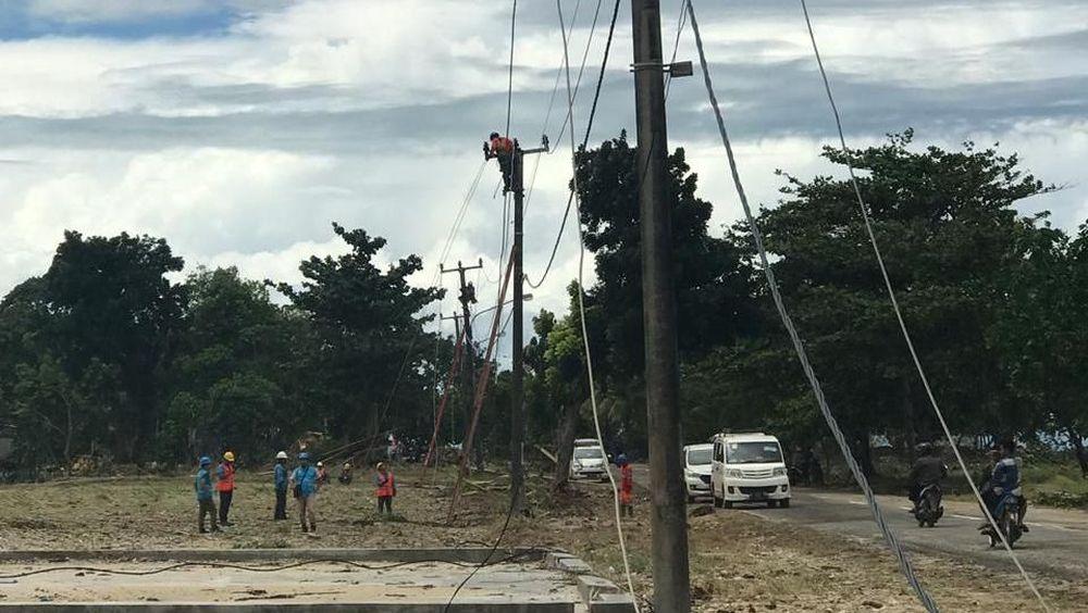 Pasca tsunami yang menerjang Wilayah banten dan Lampung, PLN terus lakukan upaya perbaikan infrastruktur kelistrikan. Di Pandeglang dan Banten hingga pkl 11.00 wib (25/12) PLN telah berhasil nyalakan 236 gardu dari 248 gardu distribusi yang padam.(Ist/PLN)