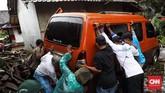 Bukan hanya kendaraan pribadi, angkutan umum juga jadi korban tsunami. (CNN Indonesia/ Hesti Rika)