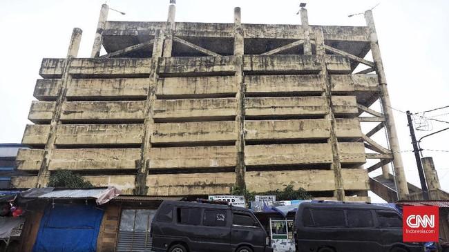 Bangunan terbengkelai shelter bencana tsunami yang berlokasi di Kecamatan Labuan, Pendeglang. Hampir setiap bagian gedung, telah dicorat-coret dengan berbagai tulisan, baik di bagian tembok maupun di bagian pilarnya. (CNN Indonesia/ Hesti Rika)