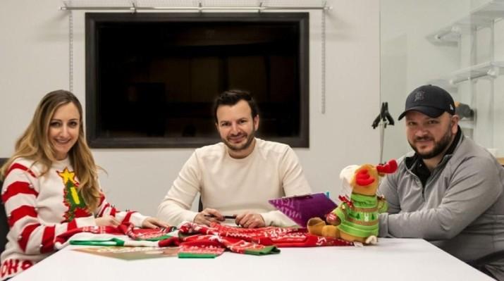 Siapa sangka bisnis sweater natal aneh dan jelek bisa hasilkan uang hingga puluhan miliar rupiah, seperti yang dilakoni oleh keluarga ini.