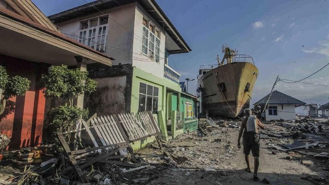 Kapal Sabuk Nusantra 39 yang terdampar ke daratan di desa Wani, Pantai Barat Donggala, Sulawesi Tengah menggambarkan dahsyatnya gelombang tsunami. (ANTARA FOTO/Muhammad Adimaja/pras/18)