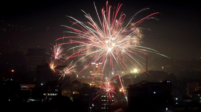 Warga menggelar pesta kembang api saat perayaan Hari Natal di Ambon, Maluku, Selasa (25/12/2018). Tepat pukul 00.00 WIT, warga Kota Ambon menyalakan kembang api secara bersamaan memyambut datangnya Hari Natal. (ANTARA FOTO/izaac mulyawan/pd)