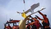 Pesawat Lion Air jatuh di Perairan Karawang, Jawa Barat, 29 Oktober 2018. Tampak petugas Basarnas mengevakuasi puing-puing pesawat Lion Air bernomor registrasi PK-LQP dengan nomor penerbangan JT 610 ke Kapal KN Sar Sadewa. (ANTARA FOTO/Aprillio Akbar/hp)