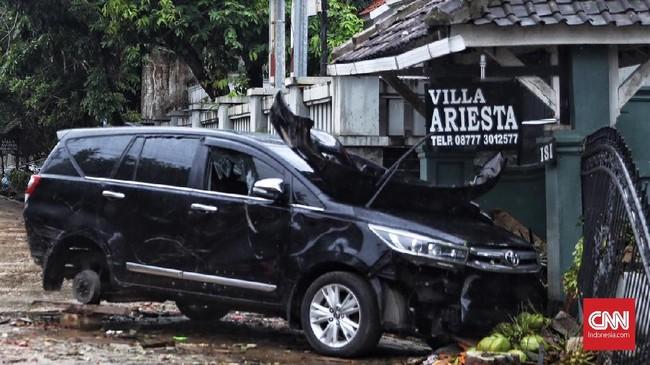 Tsunami yang menerjang Banten dan Lampung pada Sabtu (22/12) telah merenggut ratusan korban jiwa. Bukan hanya itu, bencana alam ini juga menyebabkan kerugian berbagai materiel, salah satunya kendaraan. (CNN Indonesia/ Hesti Rika)