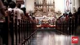 """Sementara misa Natal umat Katolik di Gereja Katedral mengusung tema """"Yesus Kristus Hikmat Bagi Kita"""". Misa yang dipimpin oleh Pastur Romo Albertus Hani Rudi Hartoko dari Paroki Katedral Jakarta. (CNN Indonesia/Andry Novelino)"""
