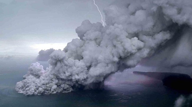 Foto udara letusan Gunung Anak Krakatau di Selat Sunda, Minggu (23/12). Erupsi Anak Krakatau memicu longsor di laut dan menyebabkan tsunami di Banten dan Lampung. (ANTARA FOTO/Bisnis Indonesia/Nurul Hidayat/pras)