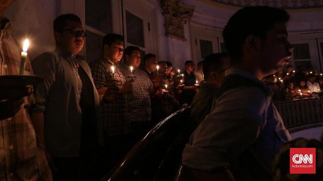 Umat kristiani mengikuti ibadah misa malam Natal di Gereja GPIB Immanuel, Jakarta, Senin, 24 Desember 2018. Perayaan Natal di Gereja GPIB Immanuel mengangkat tema Membangun Spiritualitas Damai Yang Menciptakan Pendamaian. (CNNIndonesia/Safir Makki)