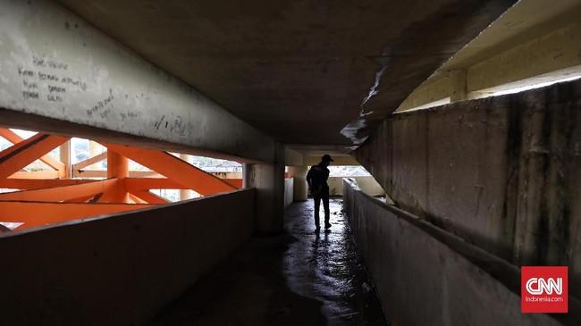 Di lantai dua, yang terlihat hanya ruang kosong tak terawat. Di bagian sudut, ada dua buah kamar mandi, pun kondisinya tak terawat dan kotor. (CNN Indonesia/ Hesti Rika)