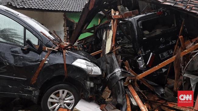 Tsunami di Banten dan Lampung terkonfirmasi disebabkan oleh longsornya bagian tubuh sebelah barat daya Gunung Anak Krakatau. Area longsor yang diperkirakan seluas 64 hektar menyebabkan gelombang tinggi yang pada akhirnya sampai ke daratan. (CNN Indonesia/ Hesti Rika)